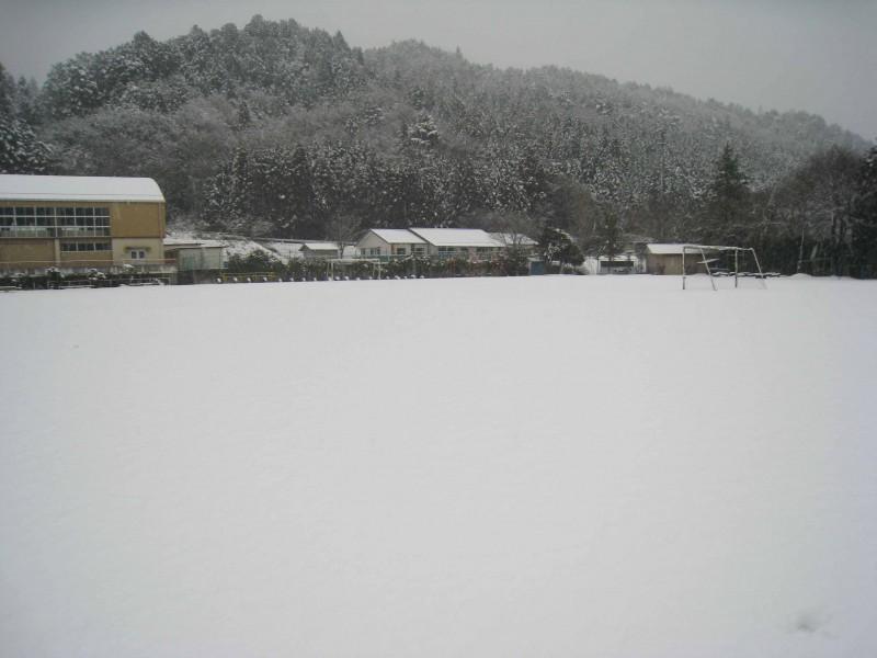 廃校になった、ある里山の小学校。広々した校庭に雪が降る。撮影:Yuko Aoyagi