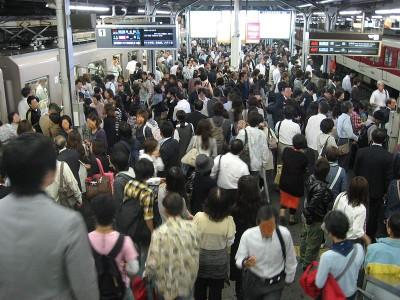夕方のラッシュアワー。大阪・鶴橋駅にて。CC BY-SA 3.0 Wikimedia Commons.