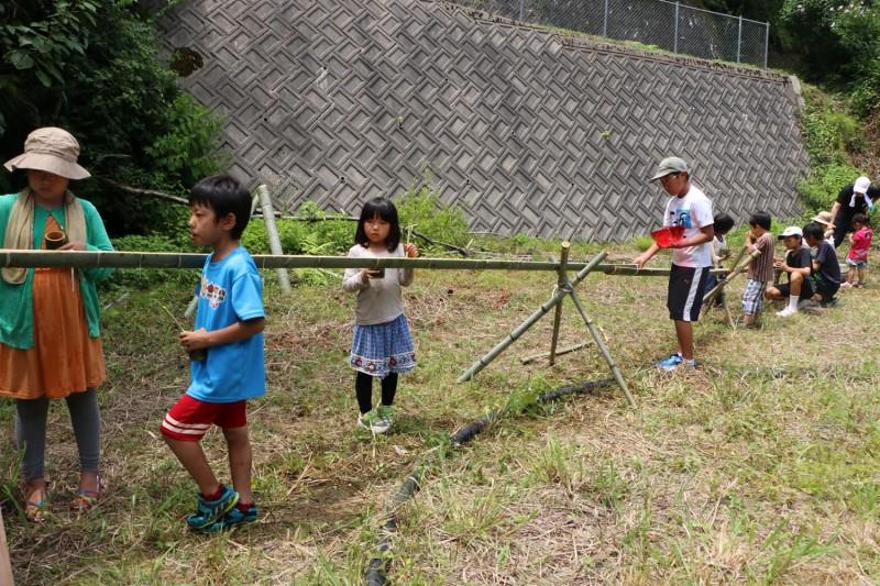生まれて初めてのこぎりで竹を切り、手作りした装置や食器を使って流しそうめん体験。外で食べるそうめんの味は最高! 撮影は2014年8月2日、SanoRieによる。使用許可済み。