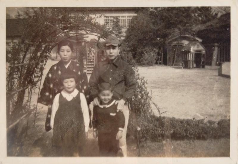 まっちゃこさんと両親と弟。1939年頃、神戸市東灘区にて。許可を得て使用。